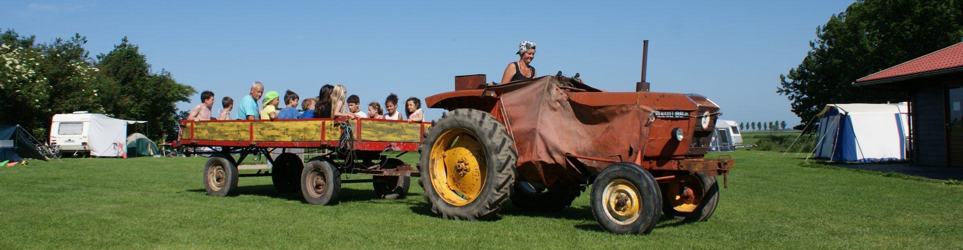 Boerderijcamping, tracktorrit door de weilanden